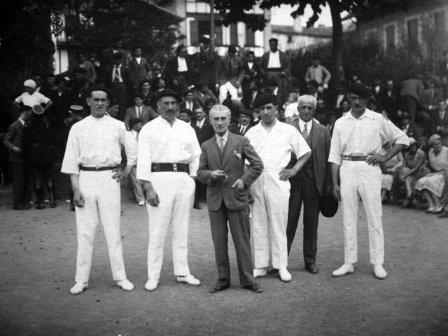 Courrier de Bayonne en août 1930 sous le titre « Pelotaris et artistes » pour la partie de pelote au